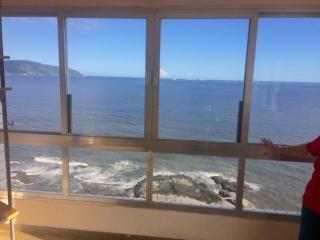 São Vicente: Apto na Ilha Porchat, frente ao mar, cozinha mobiliada, ar cond. salão de festas, churrasqueira 2