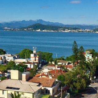 Florianópolis: Amplo apartamento padrão, andar alto com vista panorâmica para o mar, varanda com churrasqueira, 4 quartos, 1 suíte, 3 banheiros, 2 garagens, playground, salão de festas, sala gourmet, sala de jogos,  2