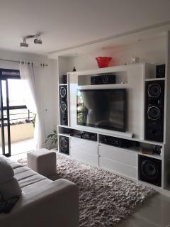 Florianópolis: Amplo apartamento padrão, andar alto com vista panorâmica para o mar, varanda com churrasqueira, 4 quartos, 1 suíte, 3 banheiros, 2 garagens, playground, salão de festas, sala gourmet, sala de jogos,  5